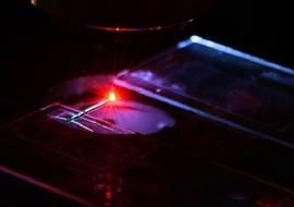 """Un laser che fa """"brillare"""" il sangue per individuare i tumori"""