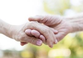 Stringere la mano di chi si ama allevia il dolore